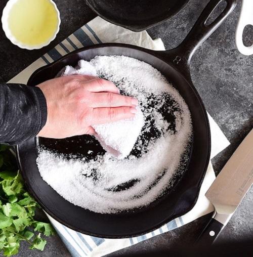Clean a Non-Stick Pan With Salt1