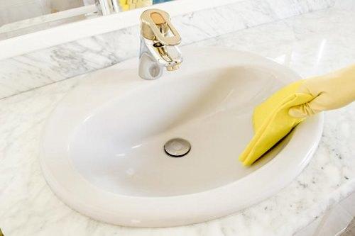 Bizarre Bathroom Cleaning Tips4